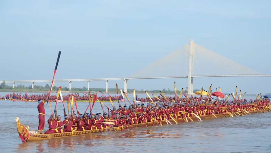 rowers-of-longest-dragon-boat-with-their-oars-in-the-air